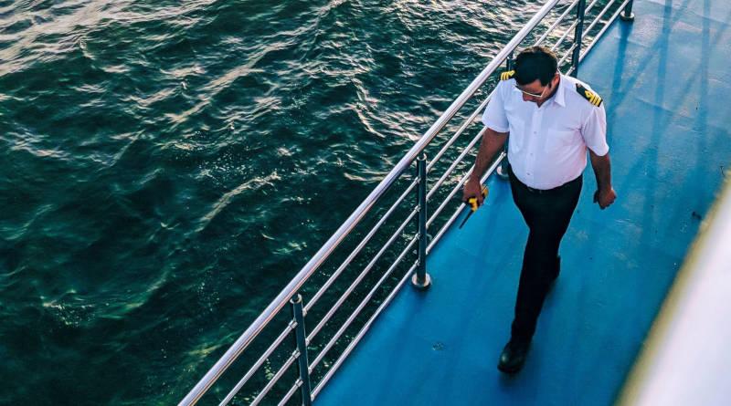 Моряк върви по палубата