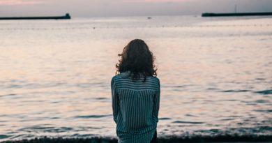 Жена на брега на морето