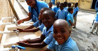 Деца си мият ръцете