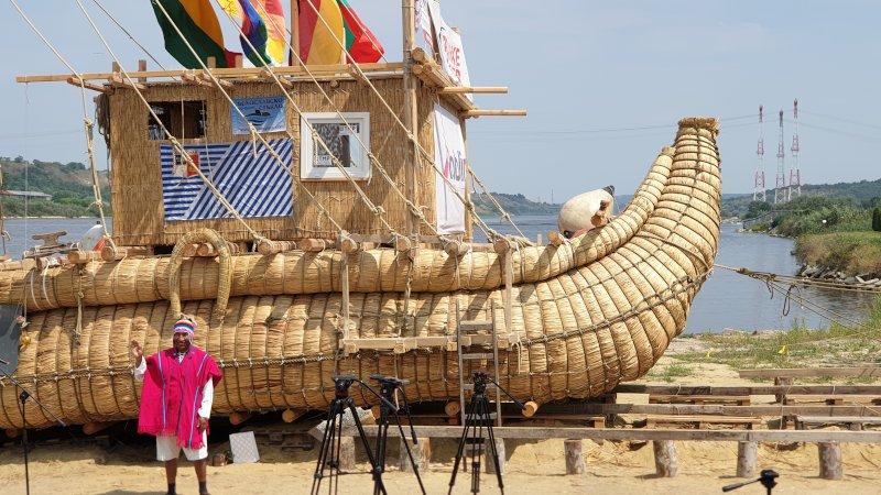 Майсторът лодкостроител от индианското племе Аймара в Боливия пред тръстиковия кораб