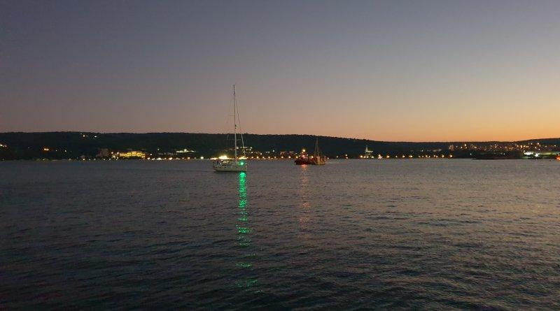 Яхта в Пристанище Варна на свечеряване плаване по пълнолуние