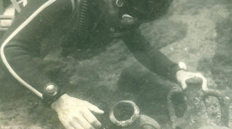 Водолаз изравя делви от морското дъно