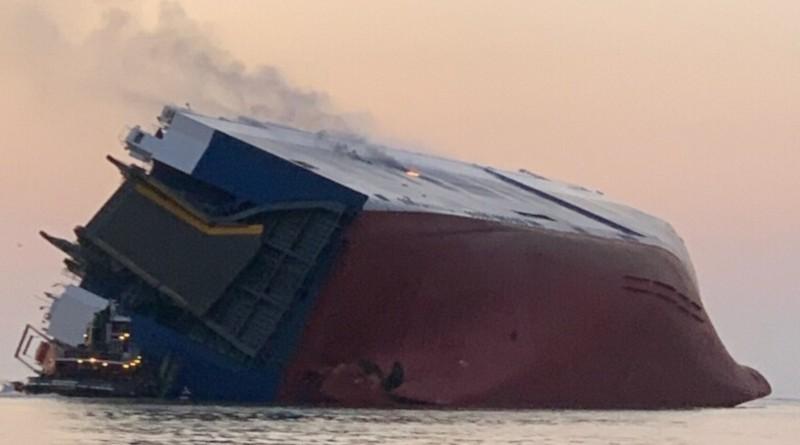Корабът GOLDEN RAY преобърнат в Сейнт Симонс Саунд, Брунсуик, Джорджия