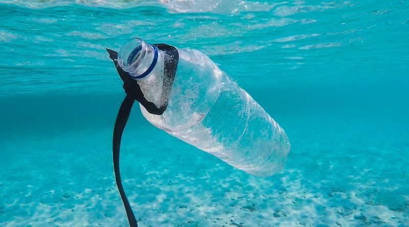 Пластмасова бутилка в синьо море