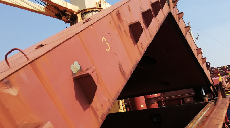 Корабни люкови закритя и хамбари